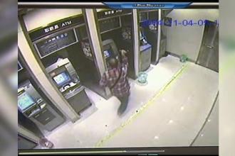 Camera de supraveghere. Cum reactioneaza un barbat furios cand nu poate sa scoata bani din bancomat - VIDEO