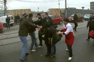 S-au apucat sa caute mobilul agresiunii... la propriu. Imagini tragicomice cu 2 politisti, in zona Obor din Capitala