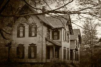 Pare a fi doar o casa parasita, dar ce se intampla pe veranda le da fiori trecatorilor - FOTO