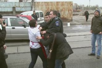 Ce faceau politistii cand o femeie era batuta in plina strada de sot. Filmul unei agresiuni de langa Piata Obor din Capitala