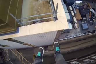 Ce se intampla cand un tanar sare de pe acoperisul unei cladiri de 12 etaje. Clipul care le da ameteli tuturor - VIDEO