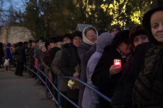 Peste 3.000 de credinciosi au stat la coada ore in sir, in frig, sa se roage la moastele Sfantului Constantin Brancoveanu