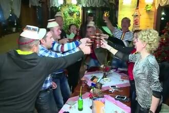Cum se pregatesc maramuresenii pentru turisti, de 1 Decembrie: petrecere cu palinca, vin si pomana porcului