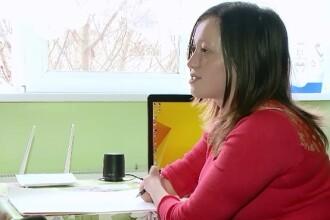 Roxana, o tanara studenta la Arte din Timisoara, si-a invins handicapul de la maini cu ajutorul pasiunii pentru desen