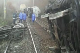 Trafic feroviar deviat, dupa ce sapte vagoane incarcate cu combustibil au deraiat in Brasov. Cantitati mari au ajuns pe camp