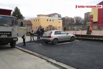 Muncitorii care au asfaltat o parcare cu tot cu o masina, in Aiud, au refacut lucrarea. Explicatia autoritatilor