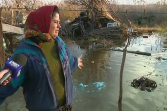 Batrani din Tulcea, ramasi in frig si cu casele pline de apa, dupa 5 zile de ploi torentiale. Pe cine dau vina oamenii