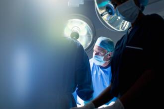 O femeie s-a ales cu arsuri la talie si picioare in timp ce se afla pe masa de operatie. Lucrul banal care a aprins flacarile