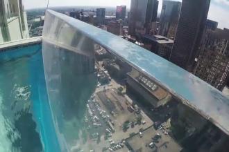 Cum arata una dintre cele mai spectaculoase piscine, suspendata in varful unui bloc de 40 etaje.