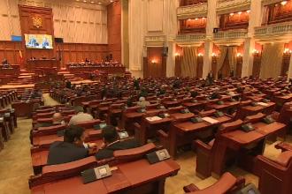 Salariile din spitale si scoli, marite cu scandal in Parlament. In sala ar fi fost 153 de deputati, dar s-a votat de 185 ori