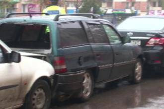 Un barbat din Botosani, fara permis de conducere, a furat o masina si a lovit doua alte autoturisme. Ce a facut dupa accident