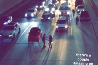 Gestul neasteptat facut de un cuplu aflat la un protest impotriva lui Trump, in Los Angeles. Multimea i-a aplaudat. VIDEO