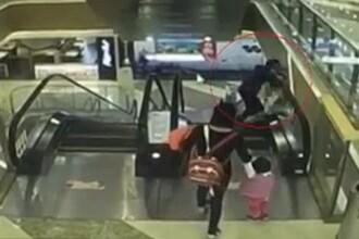 Incident socant filmat. O femeie isi scapa nepotul de 4 luni de la 10 m inaltime, dupa ce a alunecat pe scara rulanta. VIDEO