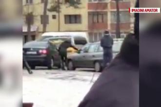 O soferita din Suceava a fost filmata in timp ce vandaliza o masina. Ce decizie a luat proprietarul automobilului distrus