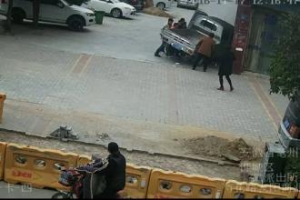 Accident cumplit in China: o biciclista a fost lovita in plin si tarata sub masina. Femeia, scoasa cu greu de sub roti