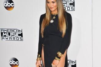 Sotia cantaretului John Legend, aparitie spectaculoasa la American Music Awards. Rochia indrazneata in care a aparut. FOTO