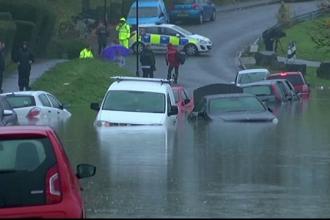 Marea Britanie este sub ape, dupa doua zile de furtuni puternice. Cel putin o persoana a murit si altele sunt date disparute