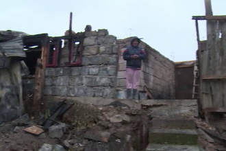 O familie din Dambovita a ramas fara locuinta, dupa ce casa le-a luat foc din cauza unei sobe.