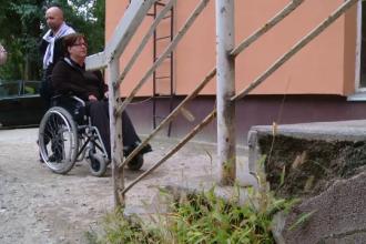 Tratati cu aroganta si nepasare: o femeie in scaun cu rotile a stat 45 de minute in fata ANAF.