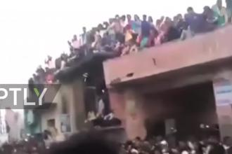 Momentul in care un balcon supraaglomerat se prabuseste in India in timpul unui pelerinaj: 3 morti si 24 de raniti. VIDEO