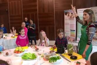 Un ambasador al celebrului Jamie Oliver a ajuns la Bistrita si ii invata pe copii cum sa manance sanatos
