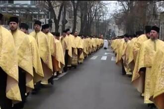 Coada de un kilometru la Galati. 200 de preoti au purtat pe strazile orasului moastele Sfintei Filofteia