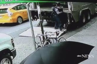 Jaf neobisnuit pe o strada din New York. Un barbat a sustras cu usurinta o galeata plina cu aur in valoare de 1,6 mil. dolari