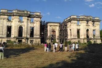 Voluntarii care salveaza monumentele abandonate ale Romaniei.