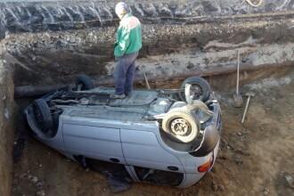 Muncitor care lucra într-o groapă în Constanţa, rănit de o maşină care a căzut peste el. FOTO