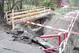 30 de familii izolate, după ce un pod s-a prăbușit sub greutatea unei mașini