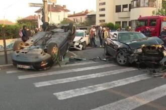 Accident grav pe o stradă din Ploieşti: 3 maşini s-au lovit
