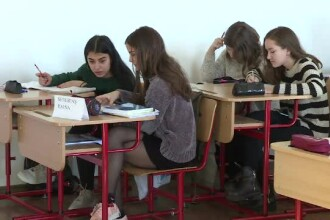 Regulamentul școlilor din România a fost schimbat. Unde vor fi obligați elevii să-și pună telefoanele
