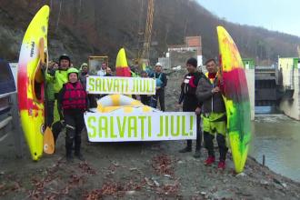 Protest cu caiace pe Jiu. Pasionații de rafting, nemulțumiți de construcția unei hidrocentrale