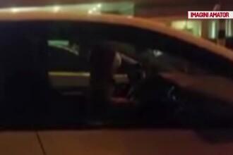 Doi copii mici, lăsați singuri în mașină, timp de o oră. Unul dintre ei a reușit să pornească motorul