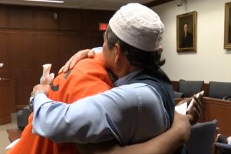 Moment emoționant într-un tribunal. Un musulman îl îmbrățișează pe criminalul fiului său. VIDEO