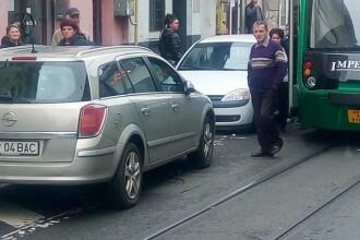 Transport în comun, blocat din cauza unei mașini. Cum a parcat o șoferiță din Arad. VIDEO