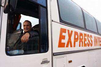 Român acuzat de trafic cu migranți, lăsat de instanță să lucreze pentru o firmă de transport persoane în M. Britanie