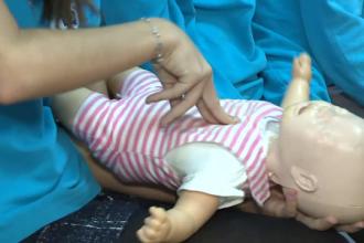 O caravană cu medici voluntari organizează cursuri de prim ajutor pentru cei mici