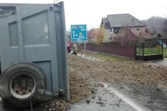 Accident în lanț, în Maramureș, după ce o basculantă cu nisip s-a răsturnat în trafic, peste o mașină