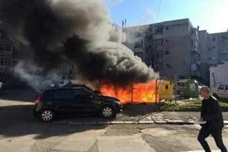 Trei maşini au ars în Tulcea, după ce un trecător şi-a aruncat ţigara în gunoi