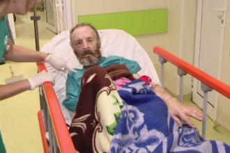 Situație disperată pentru un bătrân din Iași. Nu poate fi externat pentru că acasă locuiește într-o mizerie cruntă