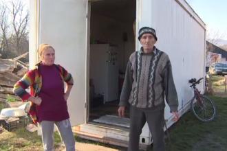Casele le-au fost înghițite de pământ, iar autoritățile i-au abandonat în containere metalice