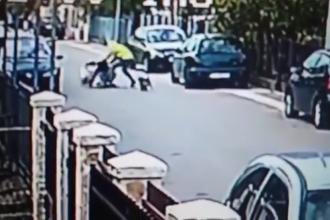 Femeie salvată de un câine maidanez din mâinile unui hoț, pe stradă