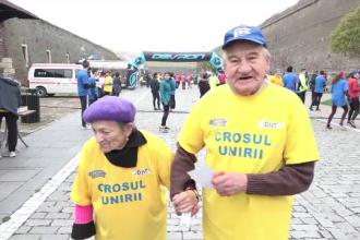 Lecția dată de bătrânii care au participat la Crosul Unirii în Alba Iulia. Un cuplu a alergat ţinându-se de mână