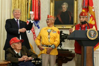 Momente stânjenitoare la Casa Albă. Trump, glume rasiste de față cu amerindienii