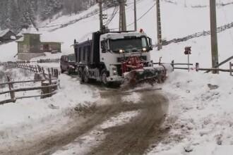 În centrul țării a nins mai bine de 24 de ore. Copaci căzuți peste mașini și decorațiuni distruse