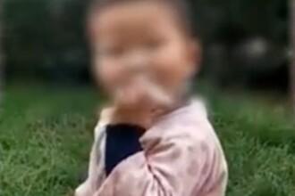 Băiețel filmat de membrii familiei în timp ce fumează ca un adevărat adult