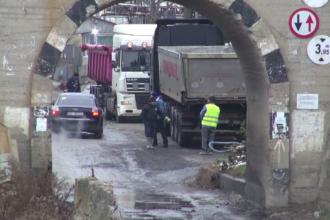 Drumul plin de gropi care i-a adus la disperare pe locuitori și pe turiști. Explicațiile autorităților