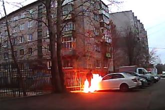 Un rus a încercat să dea foc unei maşini, dar s-a incendiat singur. VIDEO
