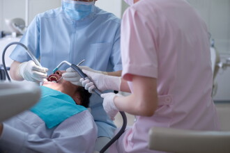 """Românca supranumită """"dentistul măcelar"""", condamnată în Franța. Cum și-a mutilat pacienții"""
